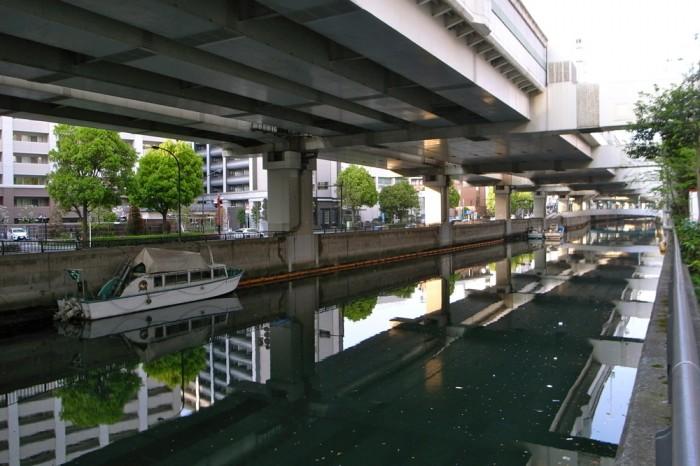 元町の裏通りは首都高速下の運河沿い、橋を渡ると中華街だ。