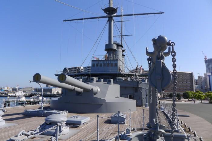 船首右舷の錨床、前部主砲の奥に艦橋が見える