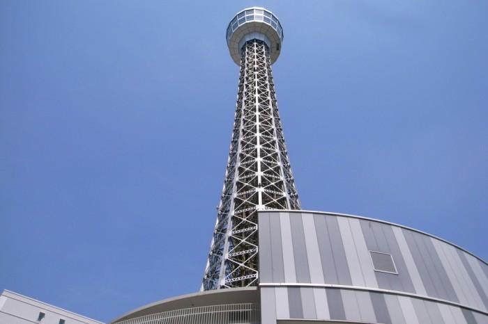 マリンタワーは10角形の鉄塔、シルバーに輝く基地のよう。
