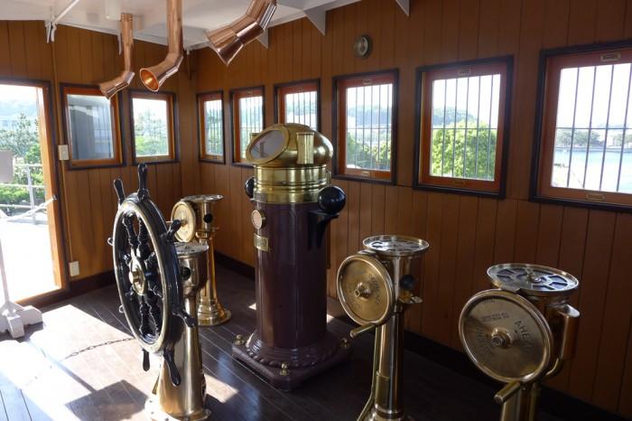艦橋の操舵室は意外と狭い。中央に羅針盤、天井から伝声管
