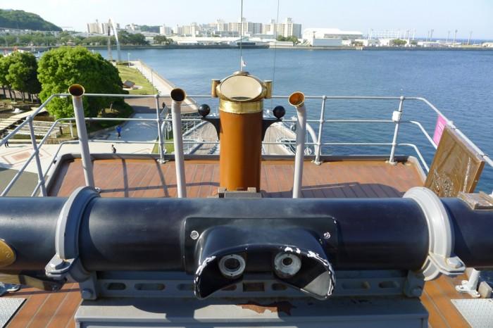 手前の黒い筒は測距儀、敵船までの距離を測定する