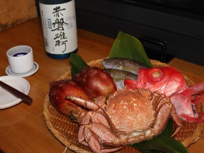 皿の食材は、毛ガニ、ホヤ、イサキ、赤いキンメダイ。