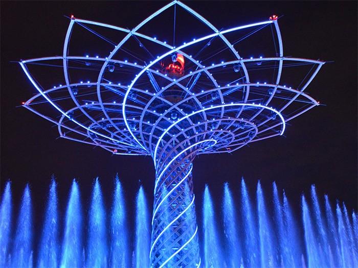 ミラノ万博のシンボル「生命の樹」。夜にはライトアップされ、 光と水のショウが開催される。
