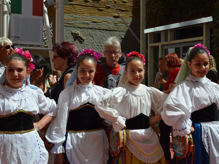 民族衣装をまとったシチリアの少女たち。民族舞踊を披露してくれる。