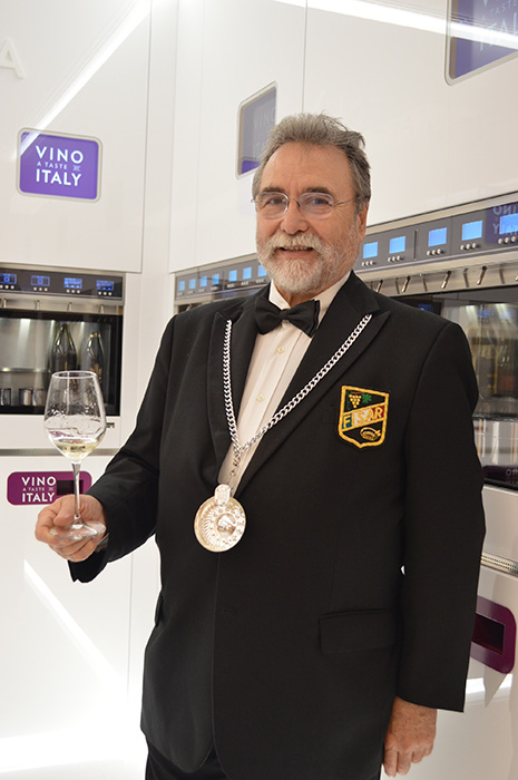 ソムリエのカルロさん。好みを伝えれば無数のワインの中からおすすめを選んでくれる。