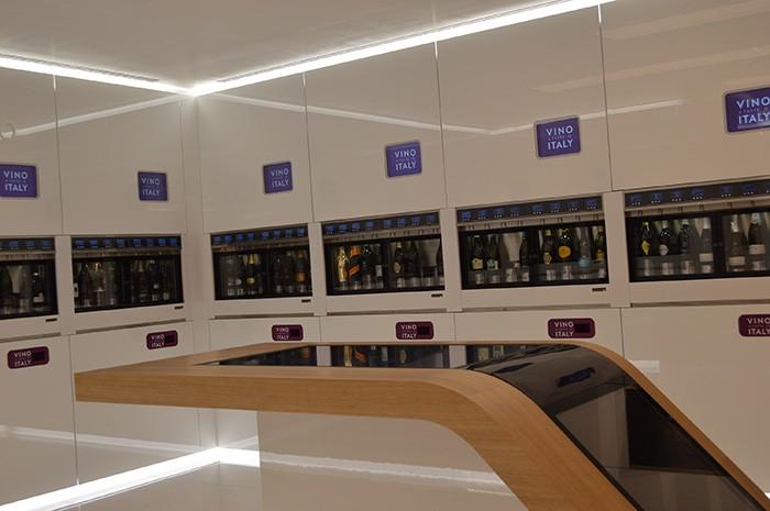 ワインは最新のセラーに並べられ、ボタンを押すと注がれる仕組みになっている。