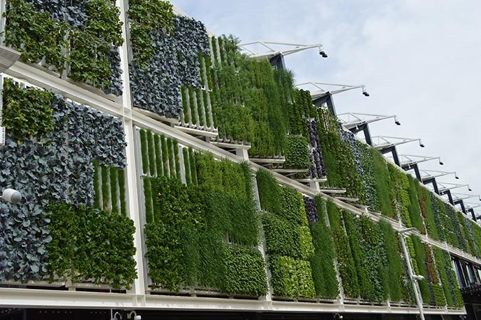 壁面が全部ハイテクの野菜畑になっているアメリカ館。日照や風向きに合わせて壁が動く。