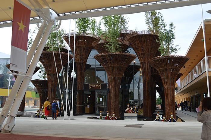 水をきれいにする蓮の花をデザインしたモニュメントが並ぶベトナム館。