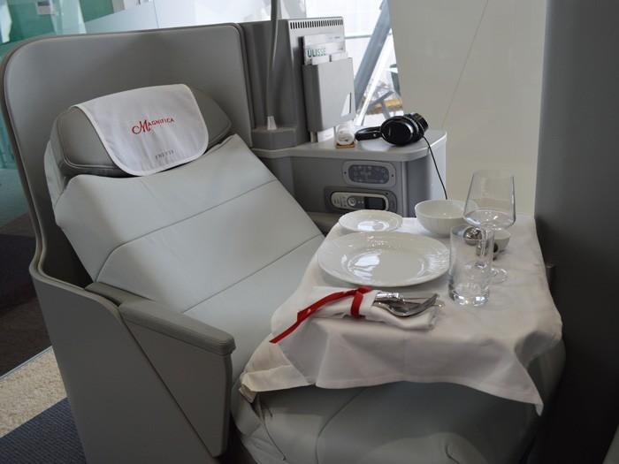 アリタリア航空ビジネスクラスは、ポルトローナ・フラウ社デザインの 高級革張りシート。