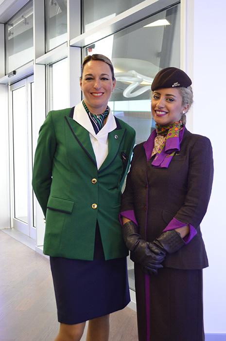 アリタリア・イタリア航空(左)とエティハド航空(右)のCA。