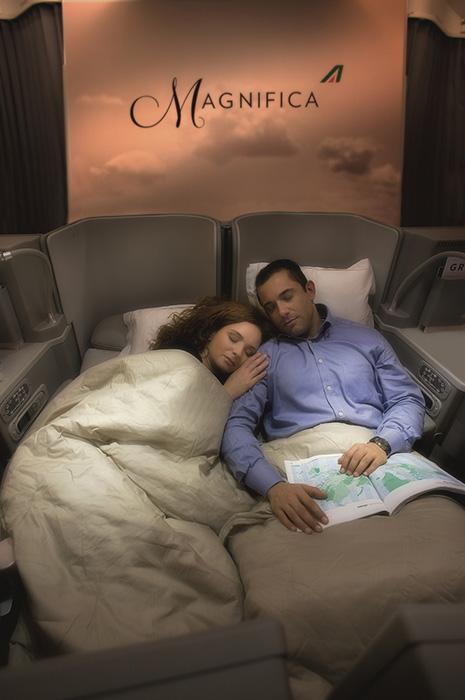 アリタリア航空ビジネスクラスのペアシート。フルフラットになるシートはプライベート・ベッドルームのよう。