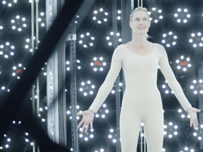 ヴァーチャル女優となるため、老いる前に、自らの肉体や表情の全てをスキャンして3DCG化する契約を結ぶ。