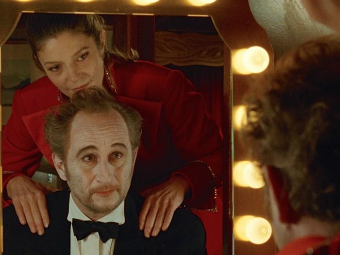 サミラと見に行ったサーカスのローザにスカウトされ、舞台に立つようになるエディ。