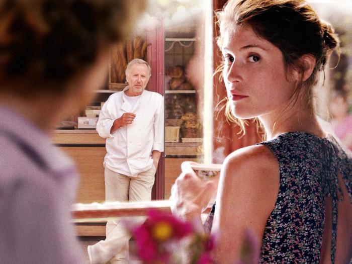 魅力的な人妻ジェマ・ボヴァリーに魅せられ、彼女と美青年エルヴェの禁断の恋を覗いては妄想を膨らませるパン屋のマルタン。はまり役のファブリス・ルキーニの演技が冴える。『ボヴァリー夫人とパン屋』© 2014 – Albertine Productions – Ciné-@ - Gaumont – Cinéfrance 1888 – France 2 Cinéma – British Film Institute