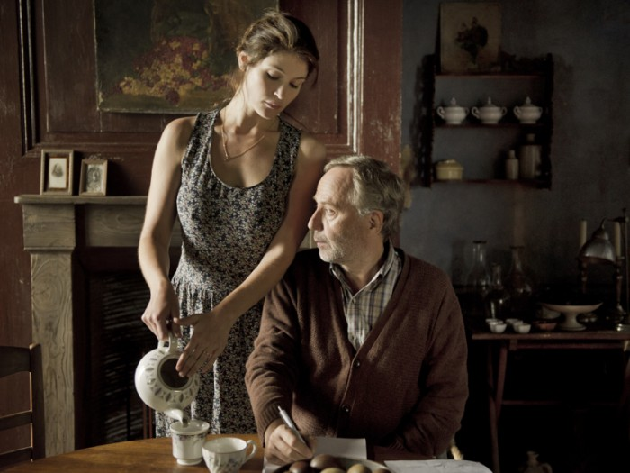 マルタンの忘れかけていた官能を目覚めさせたジェマ役のジェマ・アータートンは、監督も一目惚れしたというグラマラスなオーラがいっぱい。
