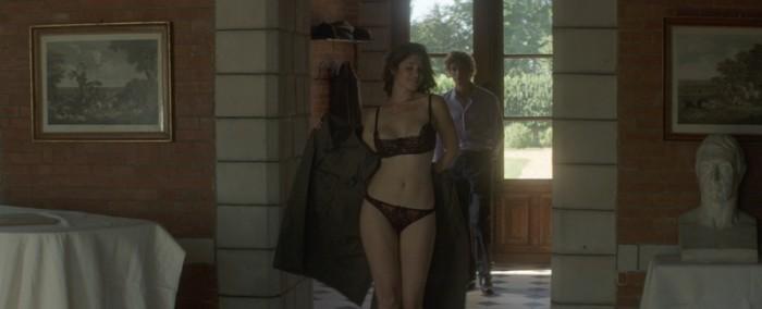 が仕掛ける究極のアバンチュール・スタイルが、これ!「女性の色気は裸そのものより身につけているもので演出出来る。下着やドレスの素材や動きも重要」と、監督。