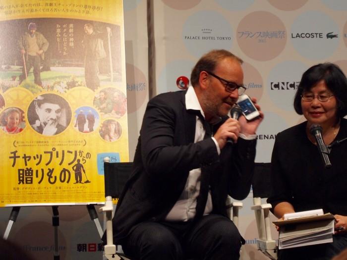 『フランス映画祭2015』での上映後トークではミシェル・ルグランが「日本のみなさんにボンジュール!」とiPhoneを通して登場。声を聞かせるるハプニングが!