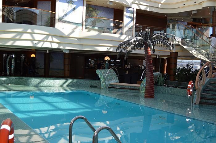 船内にはプールサイドバーを備えたインドアプールがいくつもある。