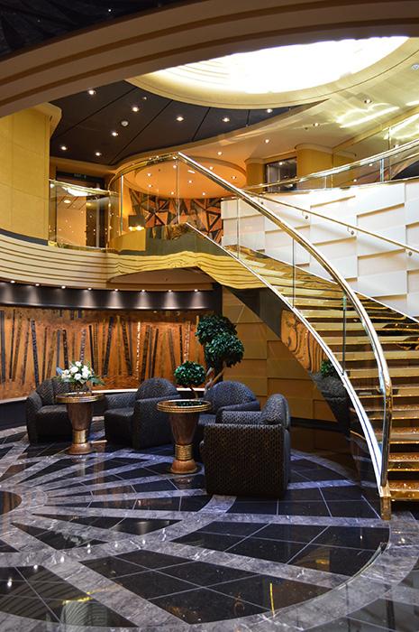 MSCのプライベートクラブであるMSCヨットクラブのエリア。船首に位置し専用のレセプション、バトラーサービス、レストランやバーなどがある。