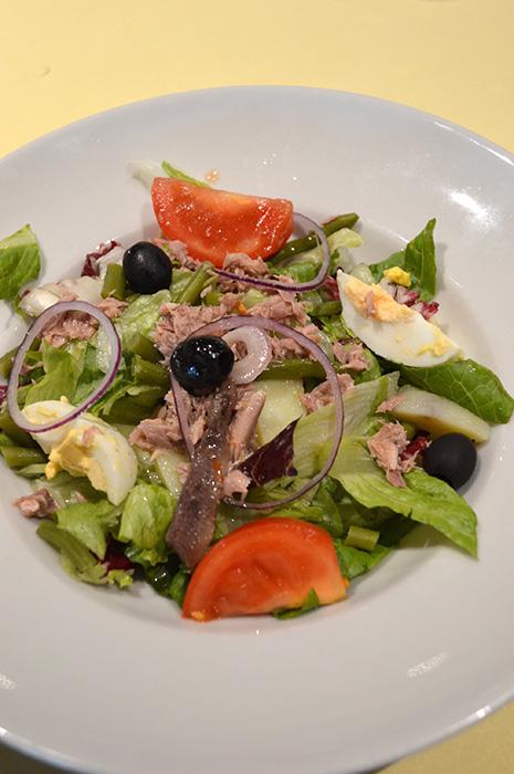 ニース風サラダ。フレッシュサラダは日替わりで常に用意されている。