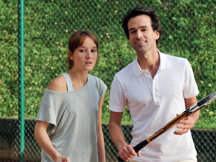 クレールは夫のジル(ラファエル・ペルソナ)にはヴィルジニアのことを言い出せずのまま。ジルはダビを励まそうと3人でテニスに出かけようという。クレールは女装のヴィルジニアには女同志の友情を、男性のダニには異性としての魅力を感じている自分に気づいてしまう。