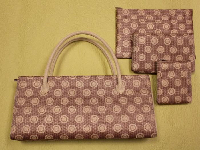 オーナーデザインの横長のバッグです。珍しい形。踊り用の扇子をすっぽり入れるために考案されました。