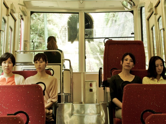 30代後半のあかり(田中幸恵)、桜子(菊池葉月)、芙美(三原麻衣子)、純(川村りら)の4人は親友、なんでも話せる仲だと思っていた。しかし思わぬかたちで純の秘密を知った彼女たちは動揺、いつしか自身の人生をも大きく動かすきっかけとなっていく。『ハッピーアワー』©2015 神戸ワークショップシネマプロジェクト