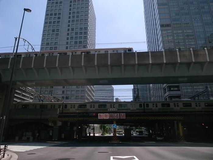東京モビリティ23。ご存知、東京駅の日本橋口を大手町方向から見遣る。架橋とビルが道路の上にマトリクスを描く。
