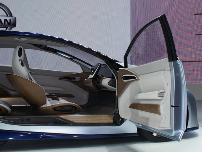 今回のTMSではオートノマス関連の展示が一気に増えた。これは日産のIDSコンセプト。2013年にボク自身がカリフォルニアで体験したリーフ・ベースの試作車とは違って、専用デザインの流麗なスタイリングが目を惹く。ご覧のとおり、不要な時はステアリングがモニターに変身する。もちろん、EVだ。