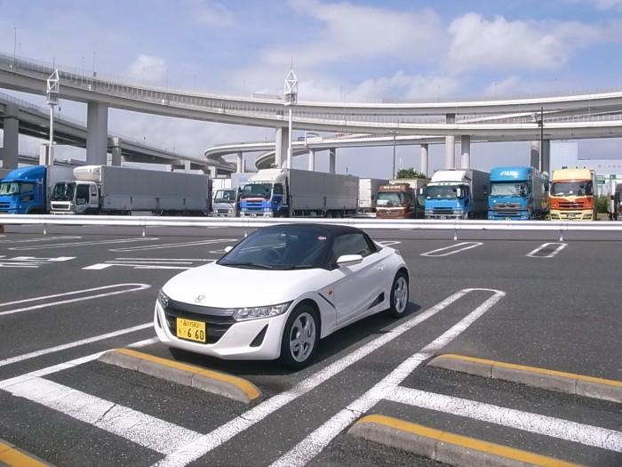 S660。日本車としては異例な全高1180mmの低さがすべてを語る。スピード感、クイックさ、剛性……。レーシングカートのそれを思い浮かべてもらえばいい