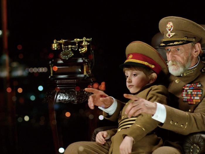 とある国の大晦日の夜。街の明かりに見入る大統領(ミシャ・ゴミアシュウィリ)と孫のダチ。「大統領ってなに?」というダチに意味を教えてやろうと街の明かりをつけたり消したり。電話一本で指示してみせるが……。