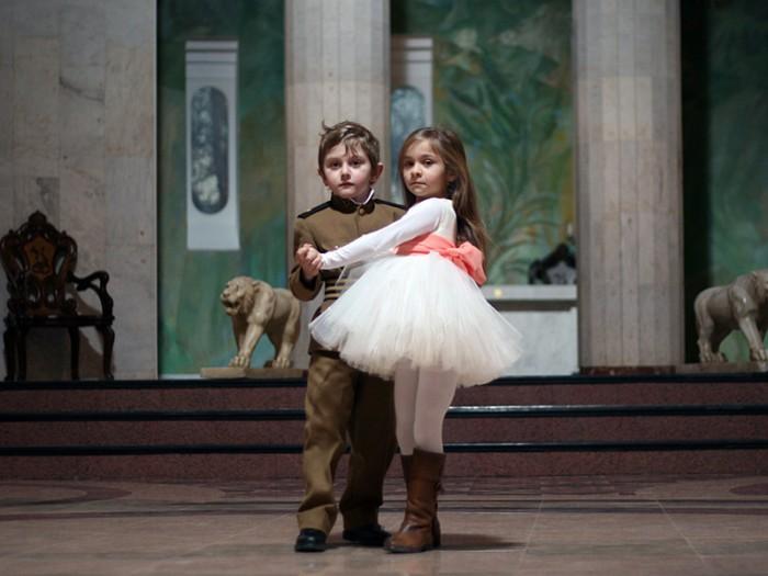 """かつて暮らした宮殿では、大好きなマリアとふたりで華麗なダンスを楽しんでいたダチ。ことあるごとに「マリアに会いたい」と言って""""おじいちゃん""""を困らせる。マフマルバフ監督の分身は今回の作品では政治犯でもあり、ダチが愛する踊り子 マリアでもあるそう。独裁者以外の多くの役に自身をダブらせるているのだとも言う。"""