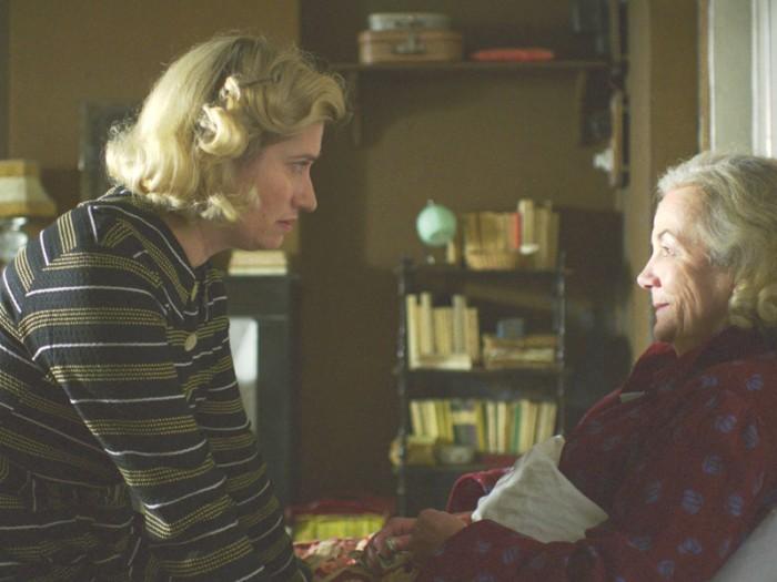 愛されることに飢えているヴィオレット。常につきまとうその思いは母ベルト(カトリーヌ・イジェル)との関係にもあった。