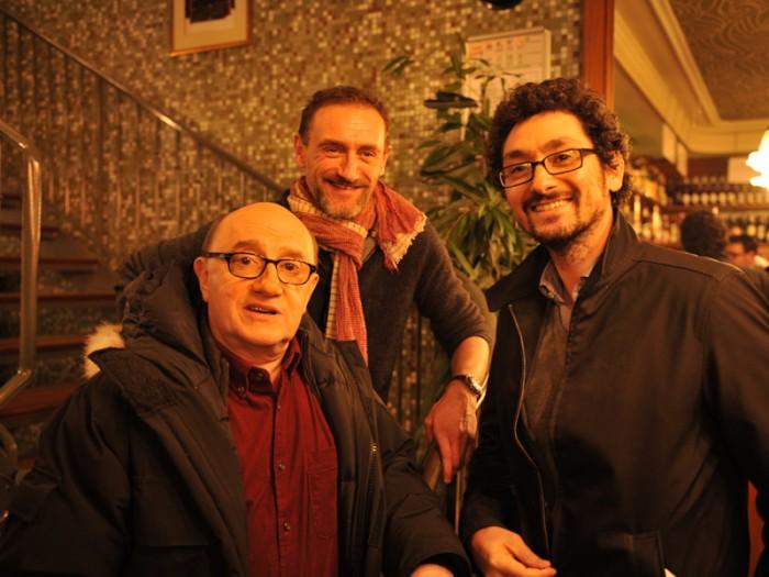 ミシェル役ミシェル・ブラン(左)、原作&共同脚本のダヴィッド・フェンキノス(右)とともにジャン=ポール・ルーヴ監督(中央)。
