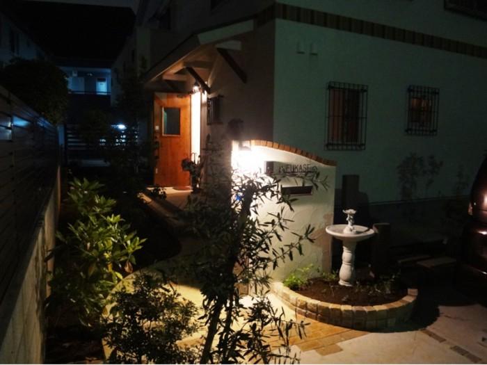 玄関前アプローチを夜に見ると少しフランスの郊外の家っぽいです。