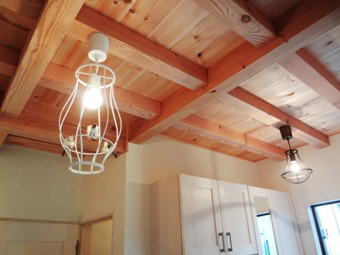 1階の天井は無垢材の現し天井。証明に停まった三羽の鳥は作り物です。