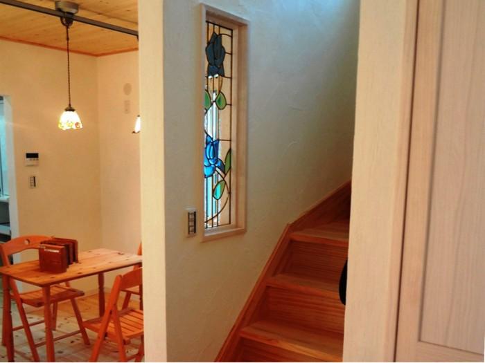 ステンドグラスの内窓や照明をふんだんにあしらっています。