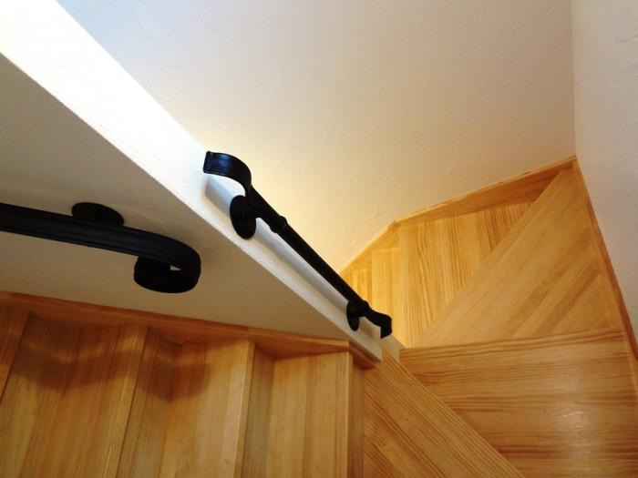 1階から3階ロフトまで木造りの階段とロートアイアンの手摺が螺旋形に回っています。