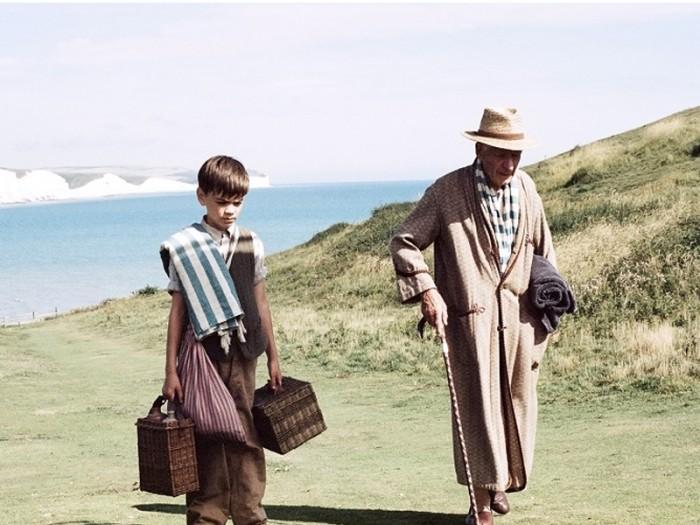 同居する少年ロジャーと海水浴に出かけるホームズ。