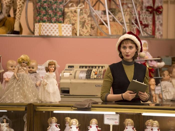 原作者ハイスミスの若かりし頃の美貌を髣髴とさせるマーラは、キャロルにあこがれる美少女テレーズ役にぴったり。本作で第68回カンヌ国際映画祭優賞を受賞しています。© NUMBER 9 FILMS (CAROL) LIMITED / CHANNEL FOUR TELEVISION CORPORATION 2014 ALL RIGHTS RESERVED