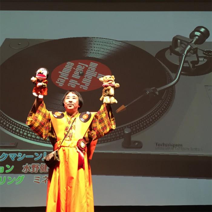 エンタメ部門大賞受賞は岸野雄一の音楽劇『正しい数の数え方』。フランスのデジタル・アート・センター『ラ・ゲーテ・リリック』の委嘱作品として上演された観客参加型のステージ。©2015 Out One Disc