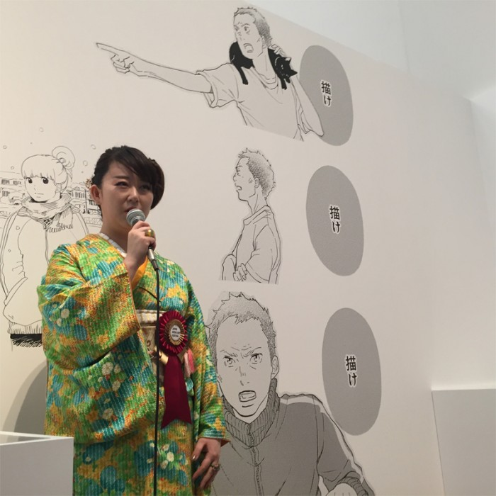 マンガ部門大賞受賞となった『かくかくしかじか』の東村アキコ(日本)。高校生の頃からマンガ家を目指した自身の体験がもとになっている。見つめる。©Akiko HIGASHIMURA / SHUEISHA