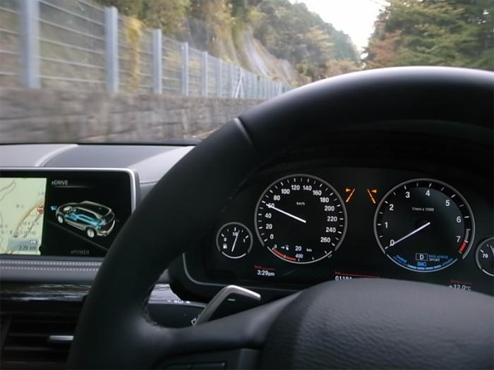 PHVがEVでいる瞬間(とき)。坂道を登っている、その刹那にもエンジンは止まったままだ。速度計(左)と回転計(右)の関係に注目!