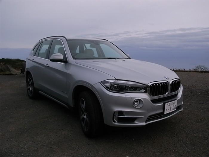 BMW X5 xDrive40e、927万円。右後ろには従来どおりガソリン給油用のフィラーリッドが