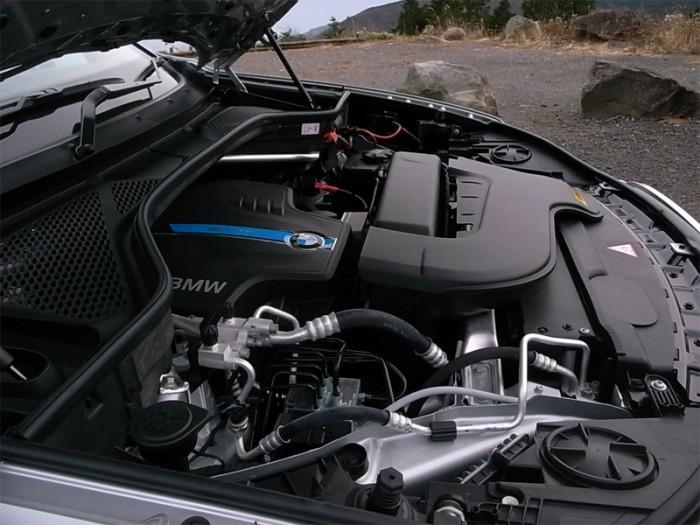 シリーズには引き続き直6やV8も用意されるので、排気量そのものは(ガソリン)直4ターボ付き2ℓにすぎないxDrive40eのエンジンルームは本来前半分がスカスカ。隙間を埋めているのは補器類やカバーである。それでもエンジンの最高出力245PS/最大トルク350Nmと電気モーターの最高出力113PS/最大トルク250Nmを合わせたシステムとしての最大出力313PS/最大トルク450Nmは優に上級モデルに匹敵する。