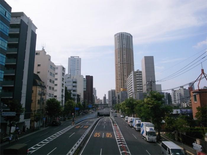 トーキョーモビリティ25。山手通り×駒沢通りの中目黒立体交差。奥を横切るは東横線。