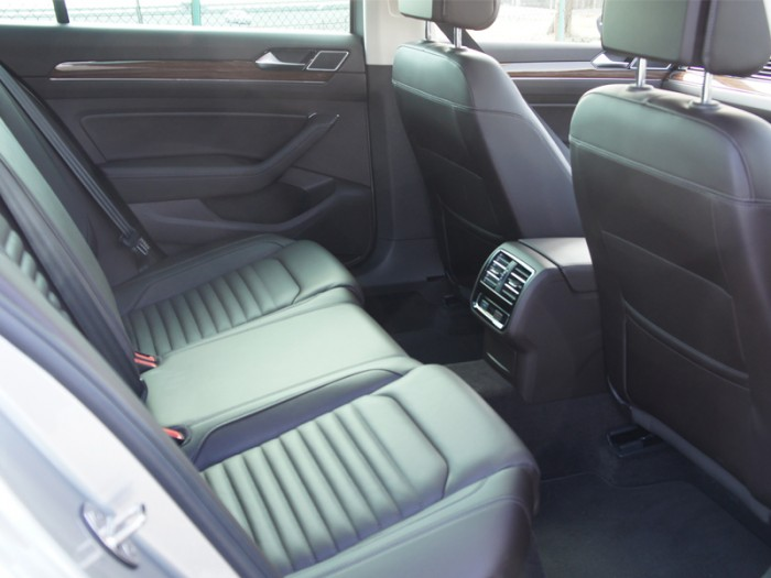 """メルセデスのSクラスやBMWの7シリーズにも匹敵する後席のゆとり。親戚筋のアウディA4は前身の""""80""""以来エンジン縦置きのFWD/4WDだが、こちらは初代から終始横置きのFWD。"""
