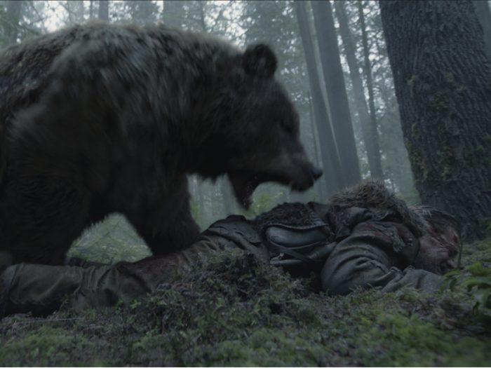 ハンター一行は先住民たちの襲撃に追いつめられ、グラスは不運にもハイイログマに襲われ大けがを負う。