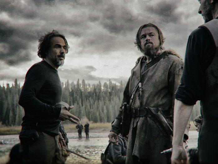 撮影現場でのディカプリオをイニャリトゥ監督。ロケは完成まで9ヶ月余、寒さと戦ったという。