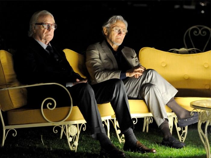 名曲『シンプル・ソング』の 作曲家フレッド・バリンジャー(マイケル・ケイン)と映画監督のミック・ボイル(ハーヴェイ・カイテル)はスイスのスパでヴァカンスを満喫中。